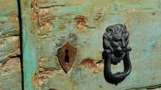 doorknocker_civitadibagnoregio_cameraandcarryon-jpg