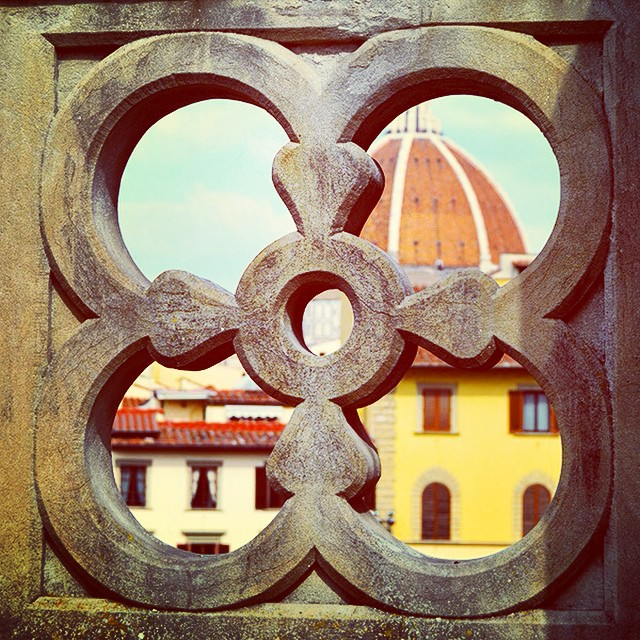 Peek a boo! Love the view from this spot on top of the #Uffizi! #duomo #florence #tbt